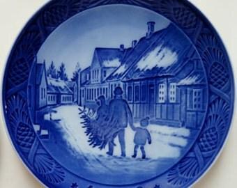 Royal Copenhagen Christmas Plate 1980. Bringing home the tree.
