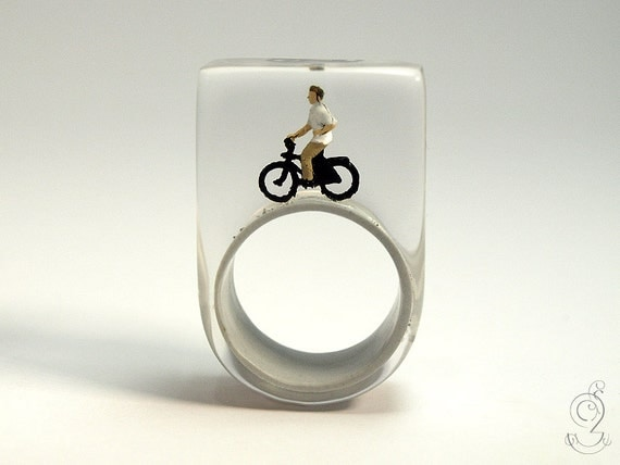 Wheel of fortune – funny bicyclist ring with a mini-bicyclist and his bike on a grey ring made of resin for athletic people