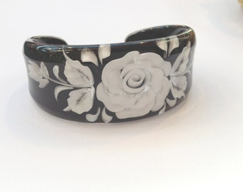Handmade resin bracelet with real flower inset