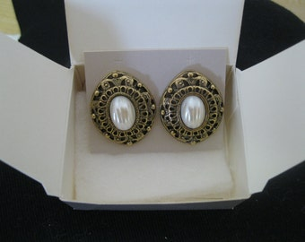 "Avon ""Romantic Interlude"" Pierced Earrings"