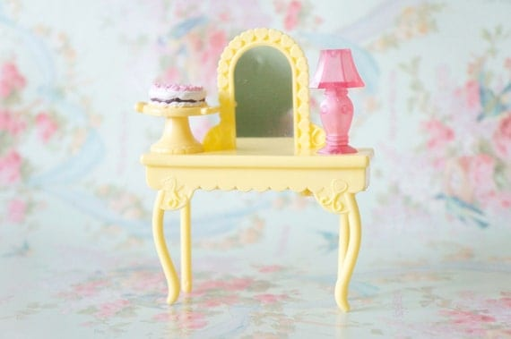 1/6 Scale Yellow Heart Vanity with Mirror Lamp and Cake Stand