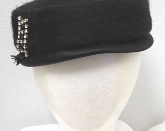Desi  Of New York Original Vintage Designer Black Hat With Rhinestone Side Brooch c 1950s