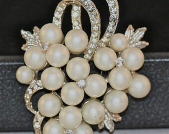 Vintage Brooch pearls and rhinestone