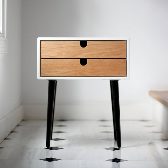 Table de nuit moderne en ch ne massif moiti si cle avec for Table de chevet design scandinave