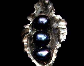 Black Pearls ring in a silver sea shell