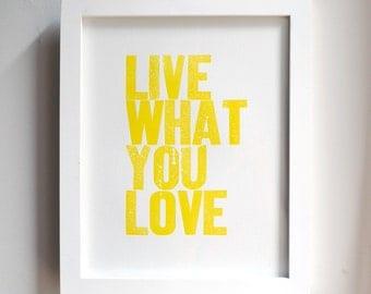 Live wat je liefde boekdruk Print in geel