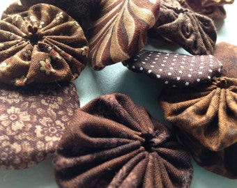 25 fabric yoyo suffolk yo flower pieces  in Brown Fabric , for scrapbook Embellishment  APPLIQUE Quilt GARLAND decoration