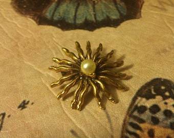 Vintage Gold tone Sun burst sun like design brooch with Faux pearl in center hallmarked