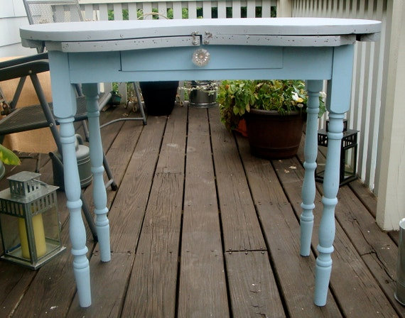 Vintage Chic Old Fashion Vanity Table