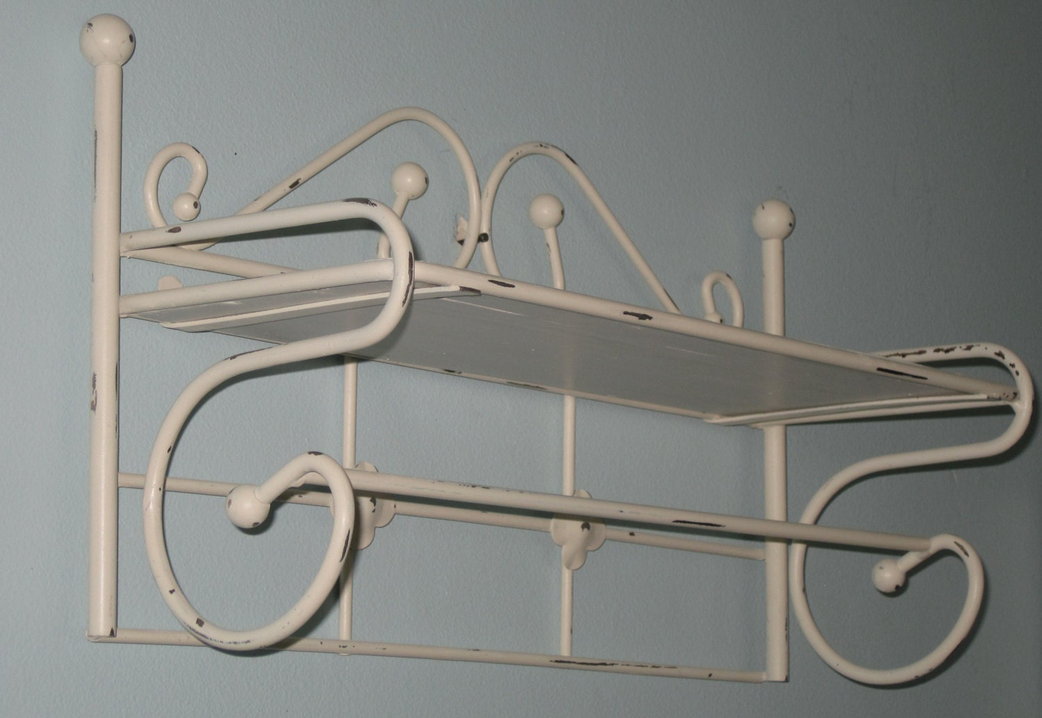 cottage wall shelf with towel bar iron tag re up cycled in. Black Bedroom Furniture Sets. Home Design Ideas