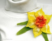 Felt daffodil brooch. Wet felted flower pin. Yellow daffodil, spring corsage, narcissus, Easter flower brooch. Felted wool flower brooch.