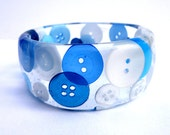 Blue and white button in resin bangle