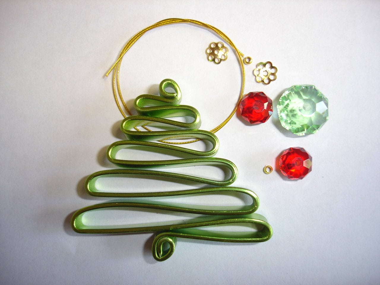 diy wire christmas tree decoration in green and red. Black Bedroom Furniture Sets. Home Design Ideas