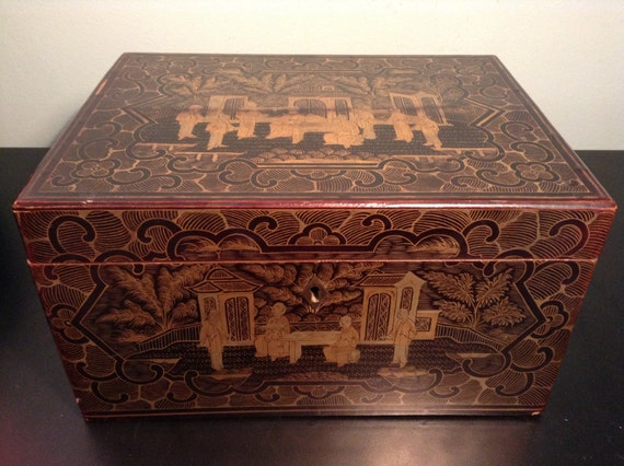 Antique 19th century Chinese export lacquered chinoisserie box