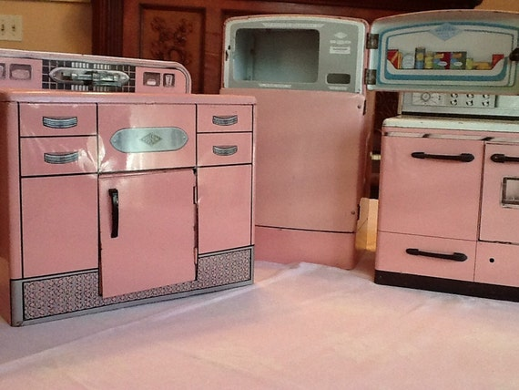 Wolverine pink vintage toy kitchen set by thepuppydogtails for Kitchen set pink