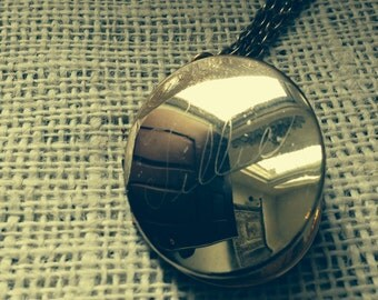 VINTAGE 1966 Oval Picture Locket With 24 inch Chain
