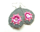 Greyness - Hand embroidered felt earrings in grey and pink - grabacoffee