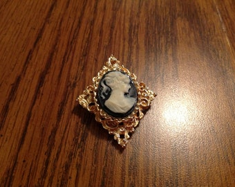 Vintage Gerry's Cameo  brooch in Gold Tone