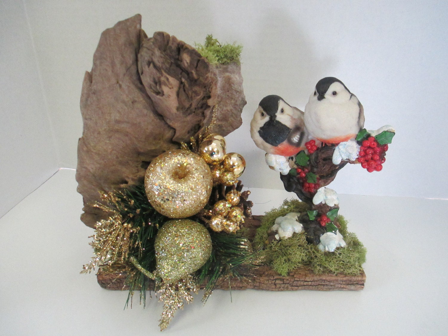 Christmas floral arrangement scene on a driftwood and barn for Composition florale avec bois flotte