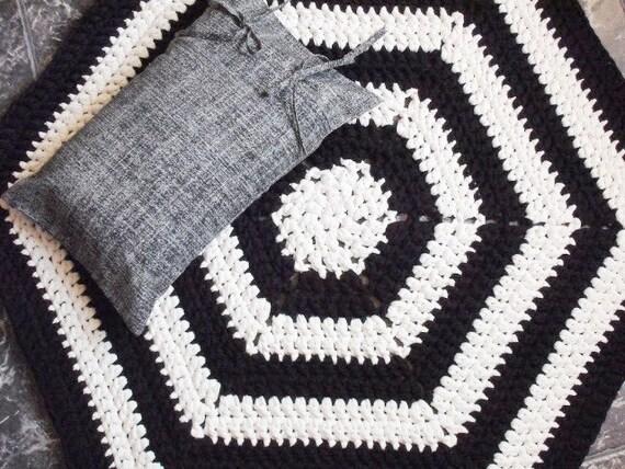 Schwarz und weiß häkeln Boden Teppich & von LoopingHome auf Etsy