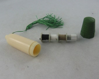 Sewing utensils travel kit with thimble, thread and needles from the GDR. Travel set in GREEN of plastic. VINTAGE