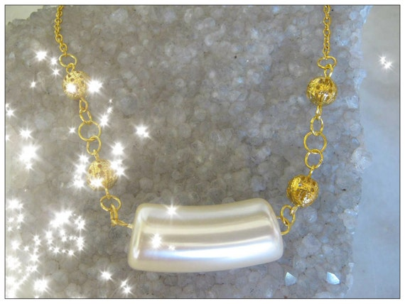 Beautiful Gold Necklace with a Special Light Pearl