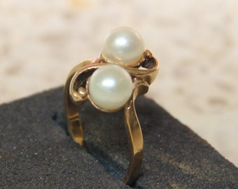 9 ct solid gold dress ring with 2 matching cultured pearls