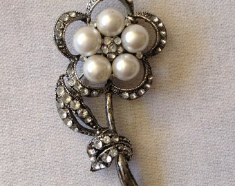 Beautiful Vintage Brooch, Costume Jewelry, Silver Tone With Simulated Stones