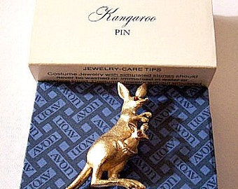 Kangaroo Animal Pin Brooch Gold Tone Vintage Orange Eyes Brushed Finish Baby In Pouch Movable Tail