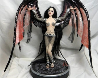 Queen Lilith - statue