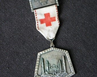 A 1975 Red Cross reward. Vintage seventies medal.