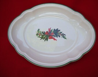 Small Vintage White Ceramic Dish Platter with Scalloped Edges Christmas Decor Wreath Mistletoe Wreath Table Setting Made in USA 116