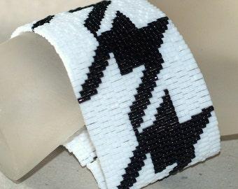 Houndstooth ... Peyote Bracelet . Cuff . Beadwork . Black and White . Classic Design . Handmade Bracelet . Chic Jewelry . Mod Jewelry