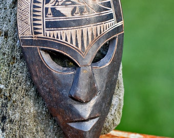 Vintage mask from Fiji...   WALL DECOR...  wood...   home decor...  primitive art...  L T 8