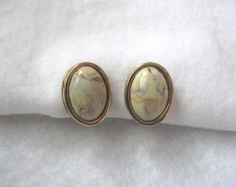 Vintage oval gold tone clip on/screw back earrings with white marbled centers