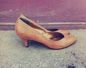 Amazing 90's brown leather fake crocadile patterned office kitten heel pumps
