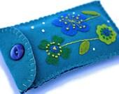 Floral phone case. Turquoise felt gadget cover