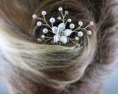 Bridal hair piece. Small hair comb. Wedding accessories. White flower comb. Floral hair comb. Flower hair. Bridesmaid hair. Gold wiring.