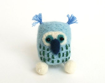 Mini felt owl brooch : needle felted owl pin - baby blue felt accessories