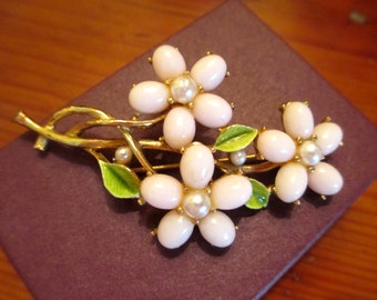 Divine ESTATE Vintage Mode Art-Signed Pale PINK Molded Milk Glass & Faux Pearls Dimensional Green ENAMEL Flower 24k Gold Plate Brooch/Pin
