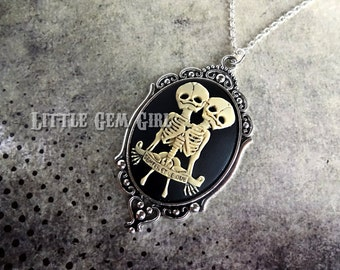 Freak Show Conjoined Skeleton Twins Cameo Necklace - Victorian Gothic Siamese Twins Necklace -  Antique Skull Circus Sideshow Cameo Pendant
