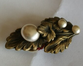 Pearl Gold Tone Clip Vintage Pin (697)