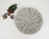 Hand knitted light grey beret in organic wool. Knit beret, beret hat, wool beret, organic beret. Fall fashion.