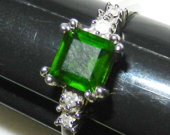 10k White Gold Diamond Emerald Green Stone Ring Size 8