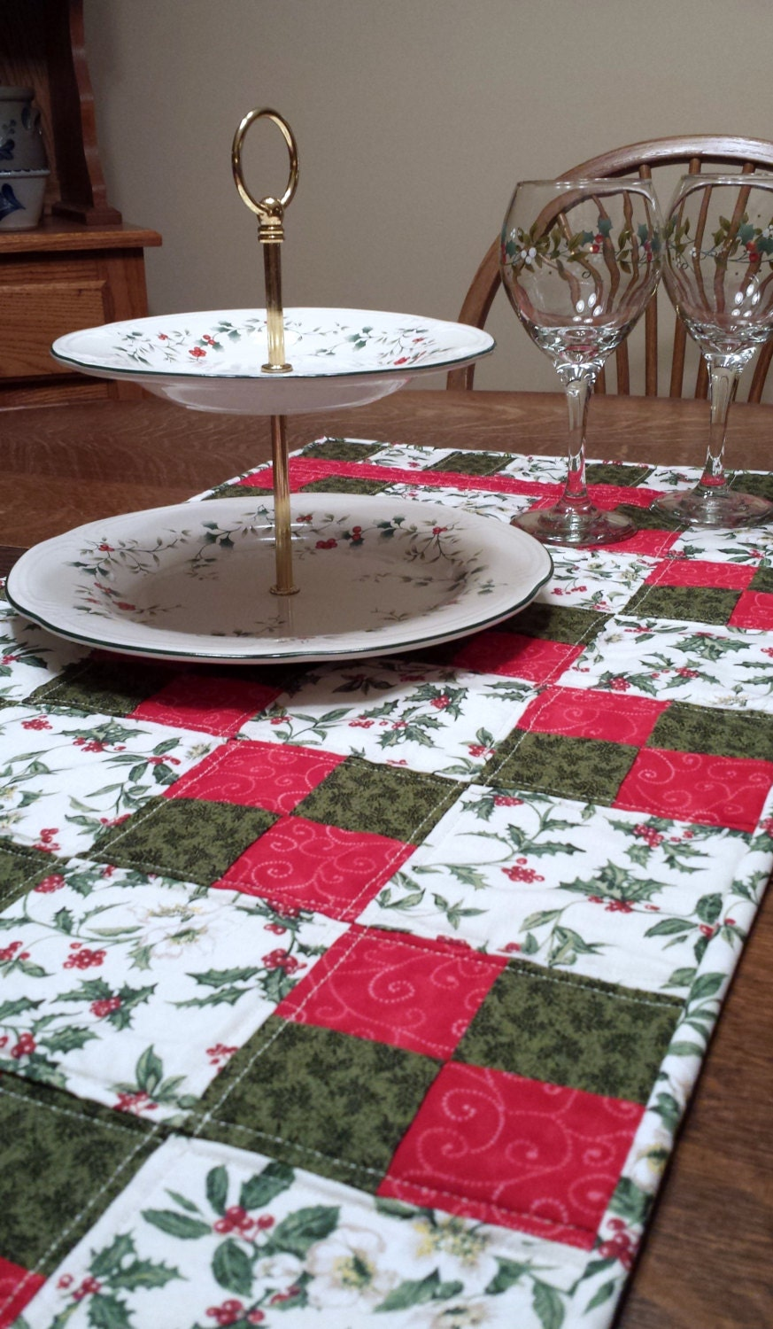 quilted christmas table runner tradtional patchwork festive. Black Bedroom Furniture Sets. Home Design Ideas
