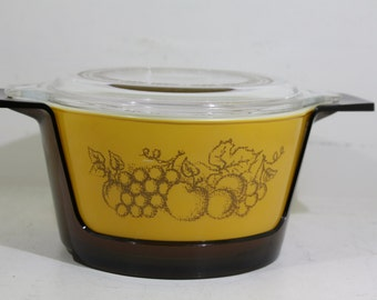 Vintage promotional Pyrex 1 Quart Ovenware Old Orchard with lid and plastic Cradle 1974