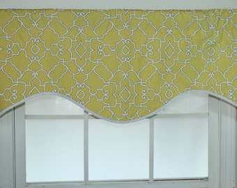 Geogate shaped valance in yellow with trim