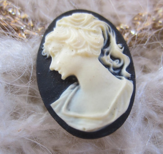 Collectable Cameo black and white oval button.