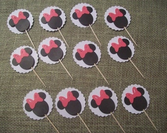 Minnie Mouse Cupcake Toppers with scalloped background