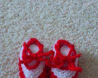 Sweet knitted baby shoes in red and white